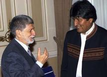 <p>El Gobierno de Evo Morales se anticipó a un referendo de autogobierno en el distrito boliviano de Santa Cruz reconociendo la autonomía de cinco pueblos indígenas de esa región, informaron el sábado medios locales. Imagen de Morales (dcha.) con el ministro de Asuntos Exteriores de Brasil, Celso Amorin, en el palacio presidencial de La Paz el 5 de abril. REUTERS/Gaston Brito</p>
