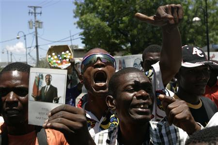 Haiti's residents shout slogans against Prime Minister Jacques Edouard Alexis next to th parliament in Port-au-Prince April 12, 2008. REUTERS/Eduardo Munoz