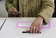 <p>Una elettrice al voto. REUTERS/Max Rossi</p>