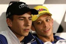 <p>Valentino Rossi (a destra) con il compagno di squadra Jorge Lorenzo dopo il MotoGp di Estoril. REUTERS/Duarte Sa</p>