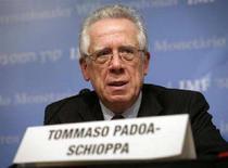 <p>Tommaso Padoa-Schioppa in una foto d'archivio. REUTERS/Yuri Gripas (UNITED STATES)</p>