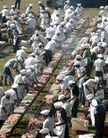 <p>Un'immagine dell'imponente grigliata di ieri nella quale 1.250 persone hanno grigliato 12 tonnellate di carne di manzo. REUTERS/Andres Stapff (URUGUAY)</p>