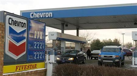 File photo shows a customer pumping gas at a Chevron gas station in Louisville, Kentucky February 2, 2007.. REUTERS/John Sommers II