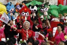 <p>Artisti cinesi con le mascot olimpiche a Pechino durante i festeggiamenti per l'arrivo della torcia in Piazza Tiananmen il 31 marzo. REUTERS/Claro Cortes IV (CHINA)</p>