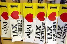 """<p>Adesivi con la scritta """"Io amo Papa Benedetto XVI"""" in vendita a Washington in occasione della visita pontificia. REUTERS/Jonathan Ernst (UNITED STATES)</p>"""