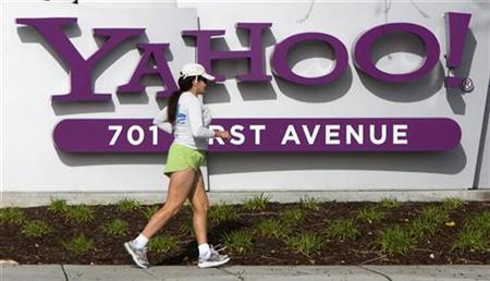 A woman jogs in front of Yahoo! headquarters in Sunnyvale, California, February 1, 2008. REUTERS/Kimberly White