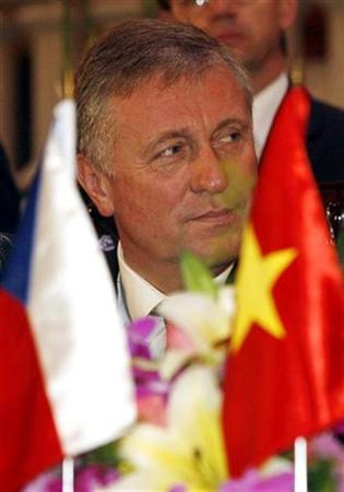 Czech Republic's Prime Minister Mirek Topolanek is seen at a news briefing at the Government Office in Hanoi March 21, 2008. REUTERS/Kham