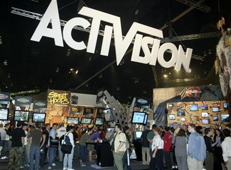 People crowd into the Activision Inc. booth at the Electronic Entertainment Expo, May 23, 2002 in Los Angeles. The video game publisher has previewed several games that will be offered online to video game enthusiasts later this year. REUTERS/Fred Prouser FSP