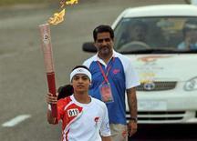 <p>L'atleta del Pakistan Kiran Bano con la fiaccola olimpica ieri a Islamabad. REUTERS/Farooq Naeem/Pool</p>