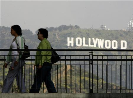A view of the famed Hollywood sign in the hills in California, March 14, 2008. The Screen Actors Guild has agreed to let members work for one independent film company if actors strike against major movie studios within months, and similar deals with other firms could ease pressure on small film and TV producers. REUTERS/Fred Prouser