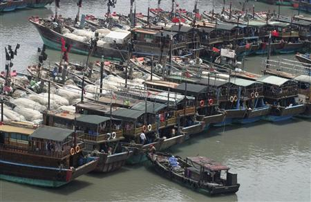 Boats stop at a harbour as Typhoon Neoguri approaches Haikou, Hainan province April 17, 2008. REUTERS/China Daily