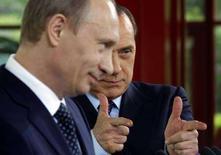 <p>Il presidente russo Vladimir Putin (a sinistra) con il futuro presidente del Consiglio Silvio Berlusconi durante la conferenza stampa a Porto Rotondo. REUTERS/Alessandro Bianchi (ITALY)</p>