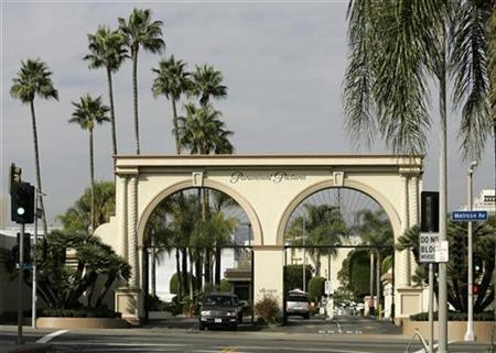 An entrance at Paramount Pictures studios is seen in the Hollywood portion of Los Angeles, California, November 4, 2007. REUTERS/Danny Moloshok