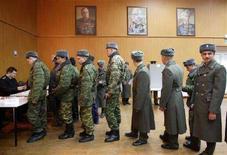 <p>Российские военные голосуют на авиабазе РФ в городе Кант 20 февраля 2008 года. Российский офицер получил тяжелые ранения в результате нападения неизвестных в милицейской форме на машину с российскими военнослужащими, следовавшую из Бишкека на военную авиабазу РФ в городе Кант, сообщает российское посольство в Киргизии. (REUTERS/Vladimir Pirogov)</p>