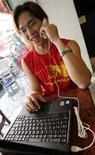 <p>Мужчина использует услугу интернет-телефонии компании Skype в городе Тайбэй 11 ноября 2005 года. Предоставляющая услуги интернет-телефонии компания Skype в понедельник объявила о планах по предоставлению услуг безлимитной связи на дальние расстояния клиентам, которые хотят связаться со своими близкими, не обладающими компьютерами и доступом в интернет. (REUTERS/Richard Chung)</p>