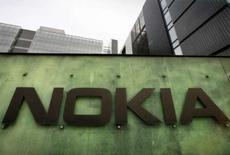 <p>Le premier fabricant mondial de téléphones mobiles Nokia a dévoilé deux nouveaux combinés dédiés à la musique venant compléter sa gamme XpressMusic, le Nokia 5320 et le Nokia 5220. /Photo prise le 11 avril 2008/REUTERS/Bob Strong</p>