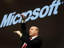 <p>Le patron de Microsoft, Steve Ballmer. La firme de Redmond a commencé à tester une nouvelle manière de vendre sa suite bureautique Office, via un abonnement incluant un logiciel de sécurité et des services en ligne. /Photo prise le 9 mars 2008/REUTERS/Christian Charisius</p>