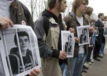 <p>Сочувствующие оппозиционному активисту Андрею Киму держат его портреты у здания суда в Минске 16 апреля 2008 года. Суд в столице Белоруссии, которая в попытке улучшить отношения с Западом досрочно освободила ряд инакомыслящих, вновь вынес жесткий приговор участнику акций протеста. Оппозиционные лидеры сочли это признаком окончания недолгой политической оттепели. (REUTERS/Vasily Fedosenko)</p>