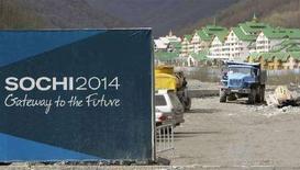 """<p>Плакат, посвященный Олимпиаде 2014 года, на фоне строительства в Красной Поляне 7 апреля 2008 года. Олимпийский игры 2014 года, которые должны пройти в Сочи, потребуют """"большего напряжения сил, чем когда либо"""", заявил глава Международного олимпийского комитета Жан-Клод Килли во вторник. (REUTERS/Grigory Dukor)</p>"""
