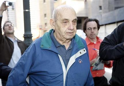 Ben-Ami Kadish walks out of federal court, in New York April 22, 2008, after being arrested on charges related to giving Israel secrets on nuclear weapons, fighter jets and missiles. REUTERS/Chip East