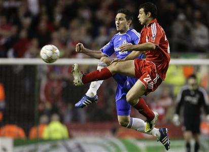 Liverpool's Javier Mascherano (R) and Chelsea's Frank Lampard fight for the ball during their Champions League semi-final first leg match at Anfield in Liverpool, April 22, 2008. REUTERS/Phil Noble