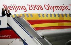 <p>Un membro del Comitato organizzatore per le Olimpiadi di Pechino e l'ambasciatore cinese a Canberra all'arrivo della torcia olimpica oggi in Australia. REUTERS/Daniel Munoz (AUSTRALIA)</p>