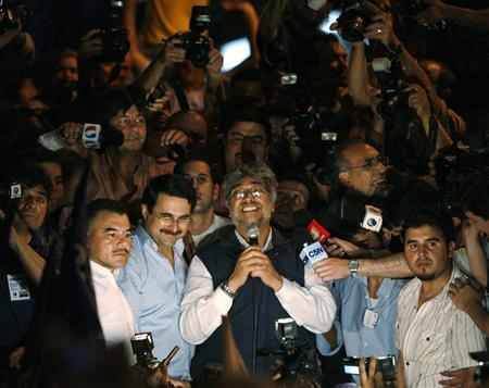 Paraguayan presidential candidate for the opposition Patriotic Alliance for Change Fernando Lugo (C) addresses supporters beside his running-mate Federico Franco after their election win in Asuncion April 20, 2008. REUTERS/Enrique Marcarian