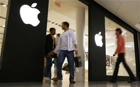 Shoppers make their way past the Apple Store at Woodfield Mall in Schaumburg, Illinois in this October 22, 2007 file photo. REUTERS/John Gress