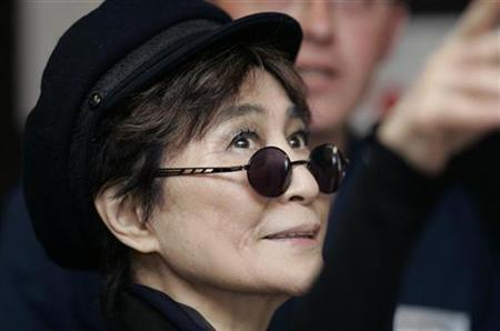 Yoko Ono looks up during a visit to Alder Hey hospital in Liverpool, northern England May 25, 2007. REUTERS/Nigel Roddis