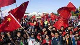 <p>Manifestanti pro-Cina accolgono l'arrivo della fiaccola olimpica a Canberra. REUTERS/Stefan Postles (AUSTRALIA)</p>