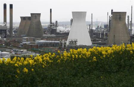 4月27日、スコットランドのグランジマス製油所(写真)で年金をめぐるストライキが始まったのを受け、英国の石油の約半分を輸送するフォーティーズ・パイプラインが停止した。25日撮影(2008年 ロイター/David Moir)