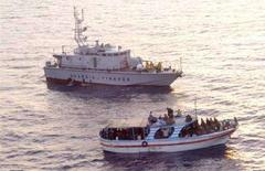 <p>Immagine d'archivio di una operazione di salvataggio davanti alle coste italiane. REUTERS/Guardia di Finanza/Handout</p>