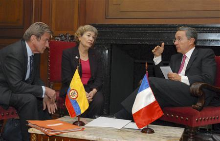 French Foreign Minister Bernard Kouchner (L) listens as Colombian President Alvaro Uribe (R) speaks during a meeting at the Colombian presidential palace in Bogota April 28, 2008. REUTERS/Juan Felipe Barriga/Presidency/Handout