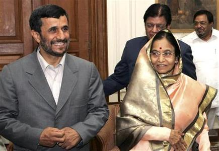 Iranian President Mahmoud Ahmadinejad (L) and his Indian counterpart Pratibha Patil pose for a picture at the presidential palace in New Delhi April 29, 2008. Ahmadinejad is on a one-day visit to India. REUTERS/Presidential palace/Handout