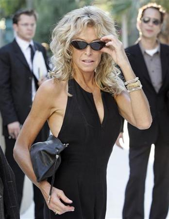 Actress Farrah Fawcett arrives at a party for the one year anniversary of the death of comedian Rodney Dangerfield at the comedian's home in West Hollywood, Cal. on October 5, 2005. REUTERS/Staff