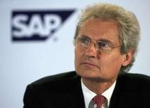 <p>Henning Kagermann, président du directoire de SAP. L'éditeur de logiciels professionnels a annoncé le report de 12 à 18 mois de la sortie d'un nouveau programme sur lequel il a fondé ses prévisions de croissance et a publié des ventes et un bénéfice inférieurs aux attentes au titre du premier trimestre. SAP a annoncé une hausse de 15% de son chiffre d'affaires dans les logiciels et les services liés aux logiciels à 1,736 milliard d'euros, en dessous des 1,829 milliard d'euros attendus en moyenne par les analystes interrogés par Reuters. /Photo prise le 28 août 2007/REUTERS/Vijay Mathur</p>