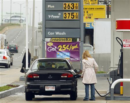 A customer pumps gas at a Shell gas station in Cambridge, Massachusetts April 29, 2008. REUTERS/Brian Snyder