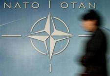 <p>Логотип НАТО у входа в штаб-квартиру альянса в Брюсселе, 4 декабря 2003 года. НАТО выразила обеспокоенность тем, что увеличение миротворческих войск России в Абхазии усиливает напряженность российско-грузинских отношений. (REUTERS/Thierry Roge)</p>