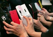 <p>Tirant les leçons de l'échec de la procédure en cours d'attribution de la 4e licence de téléphonie mobile 3G, le gouvernement a annoncé qu'il envisageait de procéder à une attribution des fréquences correspondantes par lots. /Photo d'archives/REUTERS/Toshiyuki Aizawa</p>