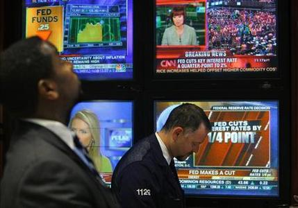 Traders on the floor at the New York Stock Exchange look at televisions during the broadcast of the announcement that the Federal Reserve cut interest rates, April 30, 2008. REUTERS/Brendan McDermid