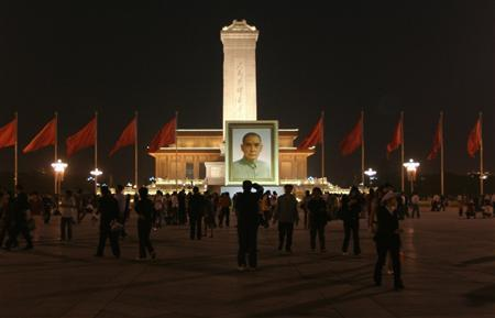 Visitors look at a portrait of Sun Yat-sen, the father of the revolution that toppled China's last emperor in 1911, at Tiananmen square in Beijing April 30, 2008. REUTERS/Grace Liang