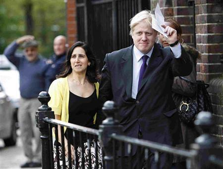 Conservative candidate Boris Johnson and his wife Marina arrive to cast their votes for the London mayoral elections at a polling station in north London May 1, 2008. REUTERS/Darren Staples