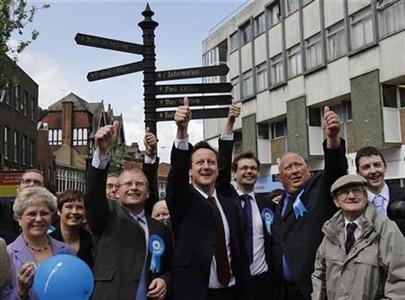 Conservative Party leader David Cameron (C) celebrates with council leader Marcus Smith (2nd L) after victory in the council elections in Nuneaton, May 2, 2008. REUTERS/Darren Staples