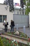 <p>Женщины у здания посольства США в Минске 30 апреля 2008 года. Белоруссия объявила персонами нон-грата десять американских дипломатов в ответ на отказ США сократить штат своего посольства в Минске. (REUTERS/Vasily Fedosenko)</p>