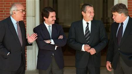 File photo shows former Spanish Prime Minister Jose Maria Aznar (2ndL) talking to his predecessors Felipe Gonzalez (R), Adolfo Suarez and Leopoldo Calvo Sotelo (L) at the official residence of the prime minister, on June 13 1997. Former Spanish Prime Minister Leopoldo Calvo Sotelo, whose appointment ceremony in 1981 was interrupted by a coup attempt, died on Saturday at the age of 82, his son said.  REUTERS/Sergio Perez