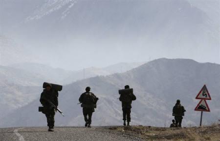 5月3日、トルコ軍は、イラク北部で行った空爆で同地を拠点とするトルコの反政府武装組織、クルド労働者党(PKK)のメンバー150人以上を殺害したと発表した。写真は2月、イラクとの国境付近をパトロールするトルコ軍兵士(2008年 ロイター/Fatih Saribas)
