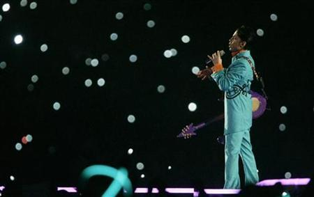 Prince performs during the halftime show of the NFL's Super Bowl XLI football game between the Indianapolis Colts and the Chicago Bears in Miami, Florida in this February 4, 2007 file photo. REUTERS/Brian Snyder