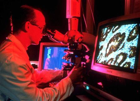 A cancer researcher in a file photo. Intrauterine devices are not only among the most effective contraceptives, but they also can help protect women from a cancer of the uterus called endometrial cancer, researchers reported on Tuesday. REUTERS/File