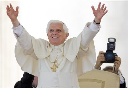 Pope Benedict XVI waves to the crowd gathered in Saint Peter's square before his Regina Coeli prayers at the Vatican May 4, 2008. REUTERS/Chris Helgren