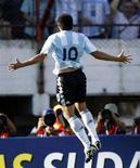 <p>Il giocatore della nazionale argentina Juan Roman Riquelme gioisce dopo aver segnato una rete contro la Bolivia in una foto d'archivio. REUTERS/Enrique Marcarian (ARGENTINA)</p>